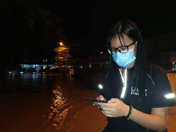 王诗棋到水灾地区巡视情况。