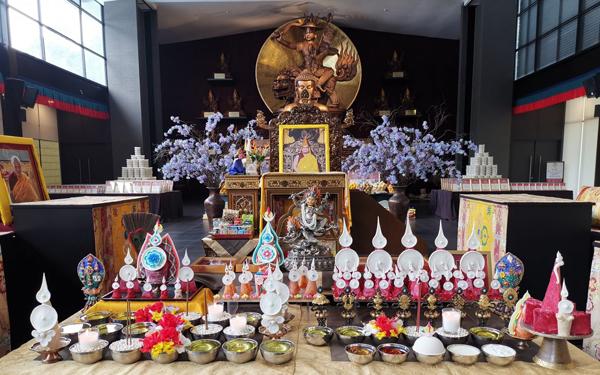 法会的供养和仪轨皆按照藏传佛教传统方式进行。